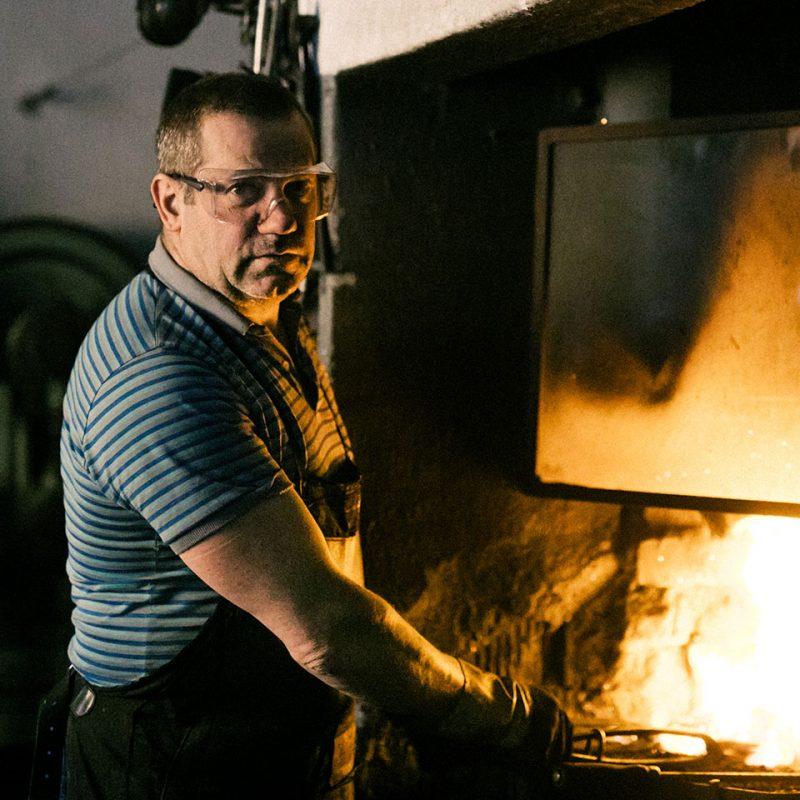 Ognjeno doživetje na kovačiji Krmelj s 150-letno tradicijo