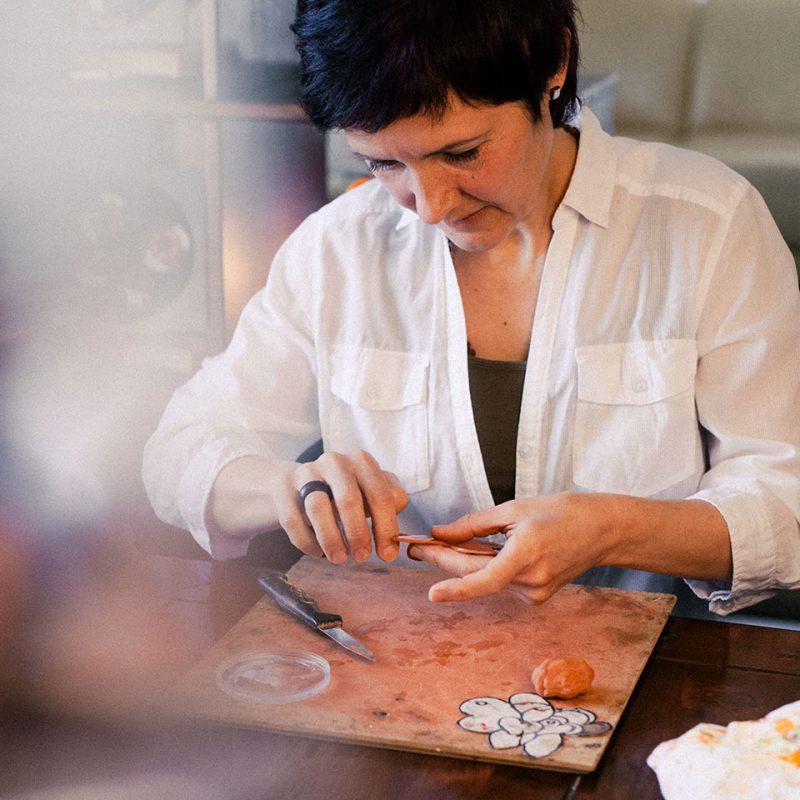 Barviti glineni reliefi z Lidijo Debelak